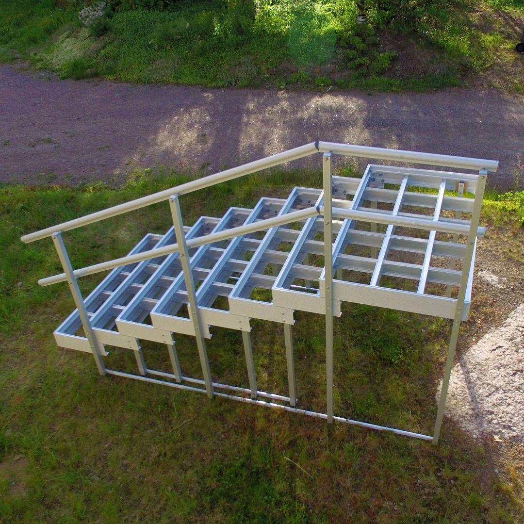 Asennusvalmis Alukehysportaat (ulkoportaat) kokonaisuus. Leveys 155 cm, askelman syvyys 30 cm. 7 askelmaa + ylätaso. Kuva ylhäältä.