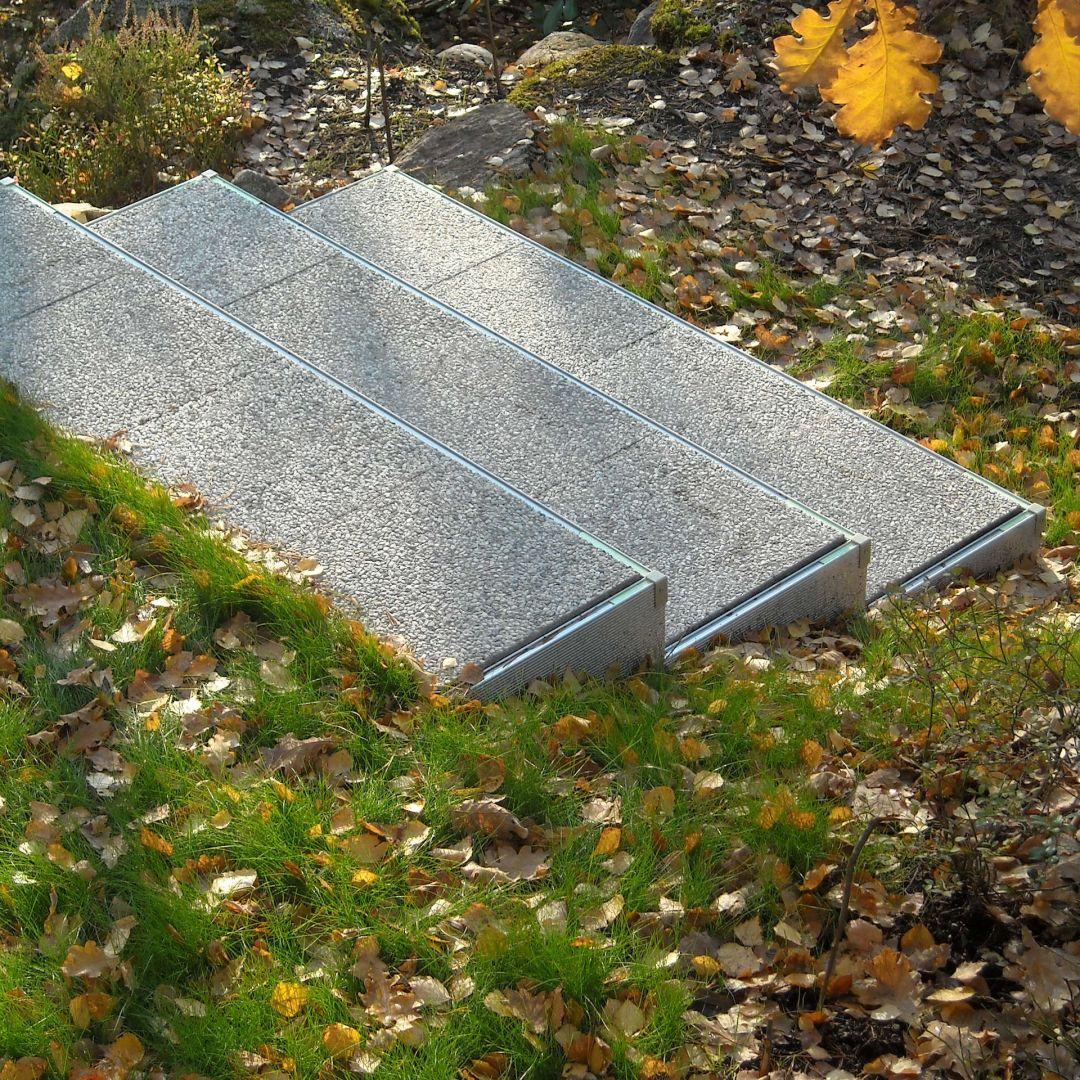 Asennetut Alukehysportaat (ulkoportaat). Leveys 165 cm, askelman syvyys 40 cm. 3 askelmaa. Kate musta-valko pesubetonilaatat.