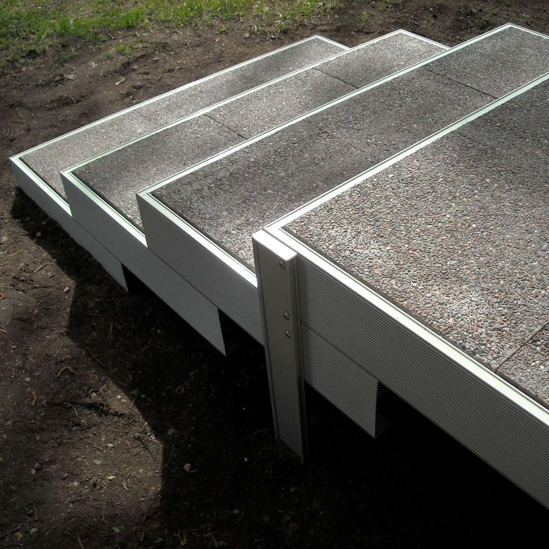 Asennetut Alukehysportaat (ulkoportaat). Leveys 125 cm, askelman syvyys 40 cm. 3 askelmaa ja ylätaso. Kate luonnonkivi pesubetonilaatat.