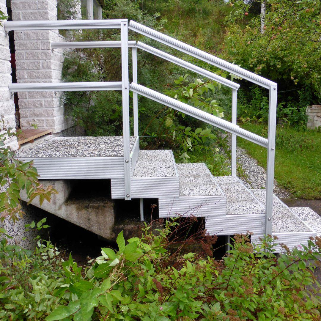 Asennetut Alukehysportaat (ulkoportaat). Leveys 125 cm, askelman syvyys 40 cm. 4 askelmaa + ylätaso. Kaiteet. Kuva sivulta.