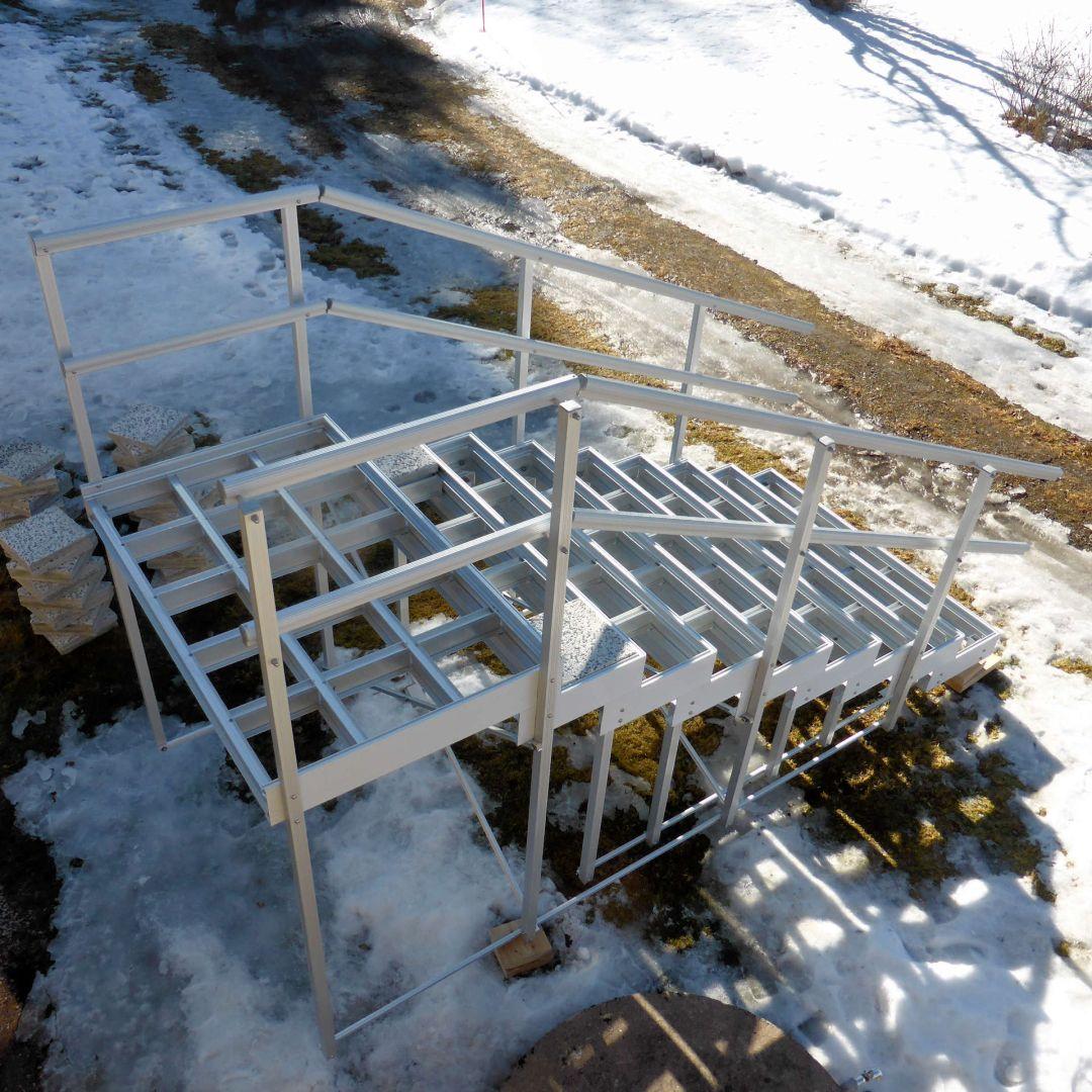 Valmis Alukehysportaat (ulkoportaat) kokonaisuus. Leveys 155 cm, askelman syvyys 30 cm. 8 askelmaa + ylätaso.