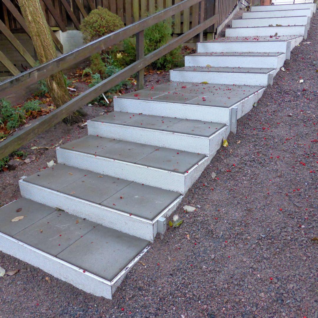 Alukehysportaat (ulkoportaat)/ PihaAskelmat. Leveys 125 cm. Kate sileitä betonilaattoja. Kuva alhaalta.