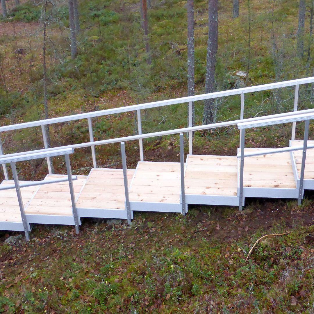 Ulkoportaat, PihaAskelmat jossa kate Siperian lehtikuusta. Leveys 100 cm.