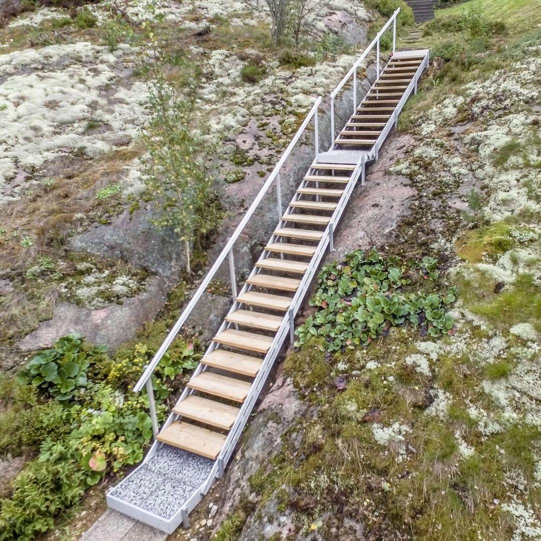 Säätöportaat (ulkoportaat) jyrkällä kalliorinteellä. Välitaso, ylätaso, alataso. Puu on Siperian lehtikuusta, leveys 85 cm. Kuva alahaalta.