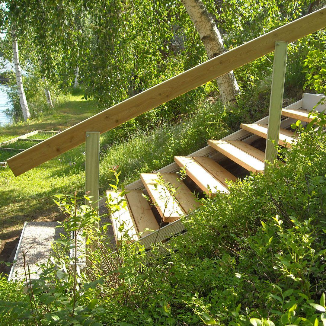 Säätöportaat (ulkoportaat) rantaan. Askelmat Siperian lehtikuusta ja alimmat askelmat PihaAskelmia joissa pesubetonilaatat katteena, kuten myös ylätasolla.