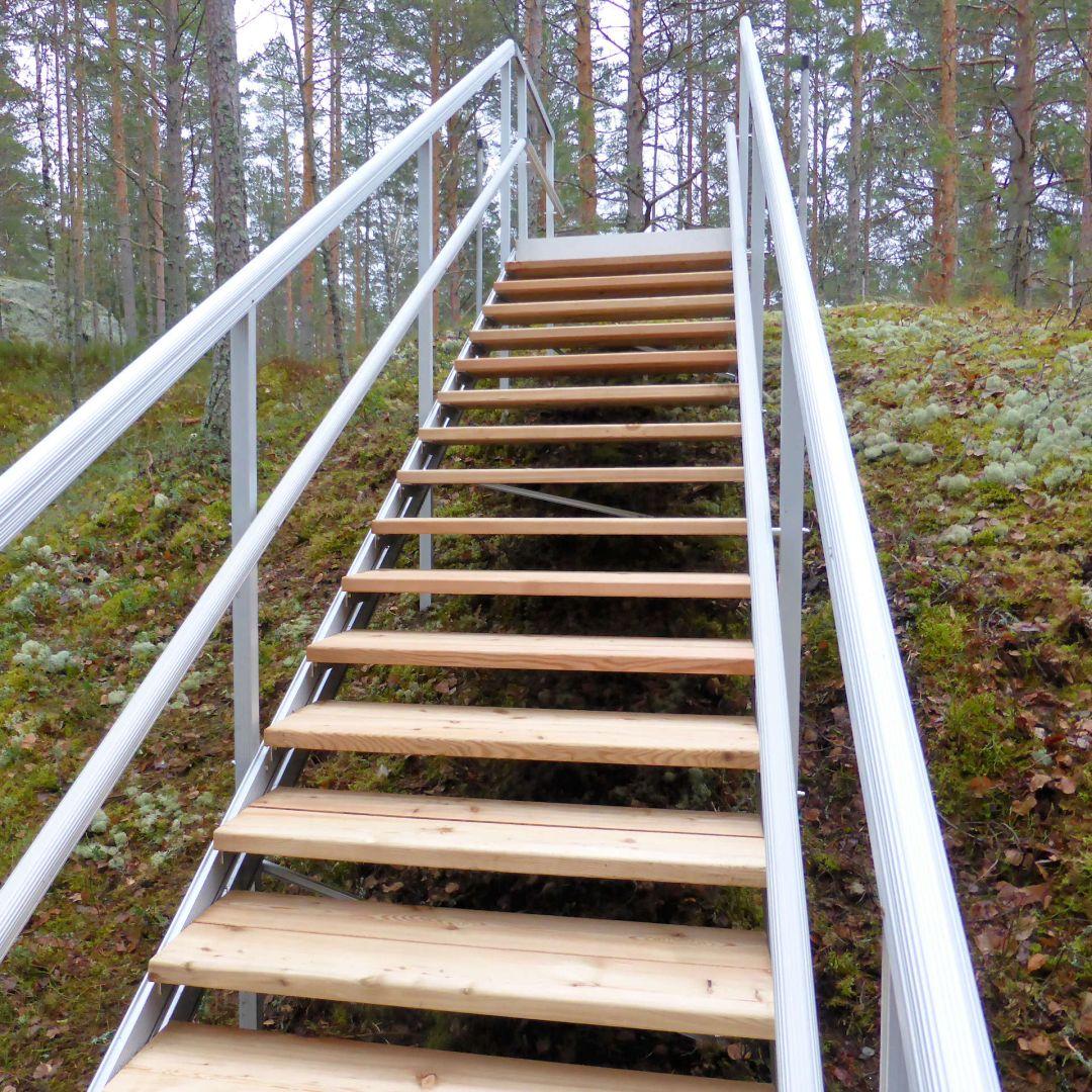Säätöportaat (ulkoportaat) metsäisellä kalliorinteellä. Puu on Siperian lehtikuusta, leveys 100 cm. Ylätaso.