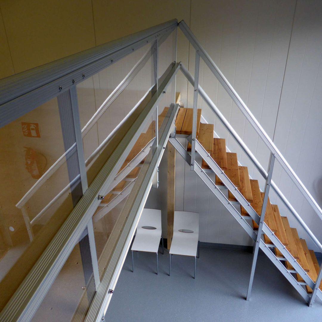 Säätöportaat (ulkoportaat) sisällä, askelmat pinnoitettu. Suojakaide plexilasia. Kuva ylhäältä.