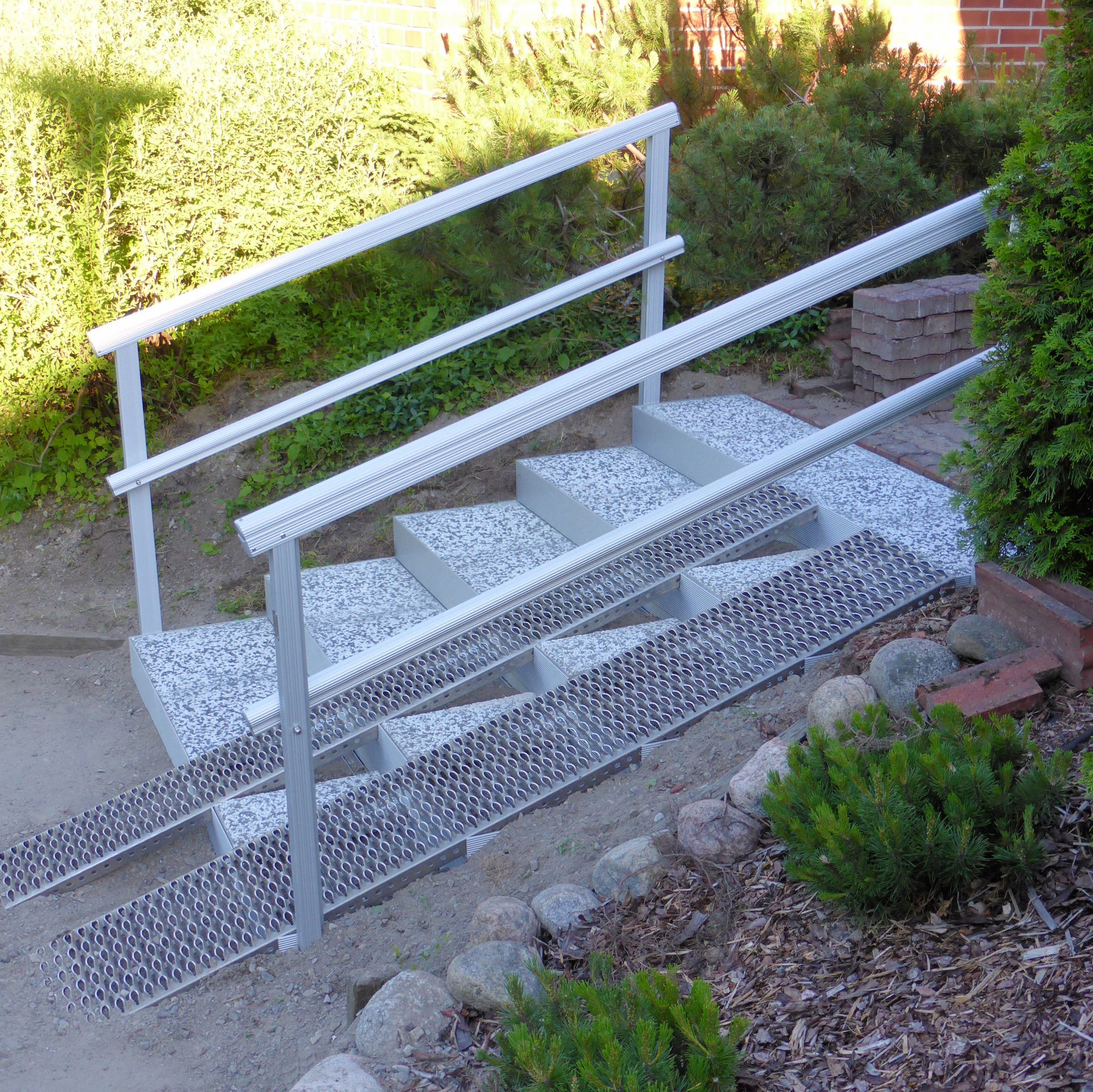 Alukehysportaat, 5 askelmaa. Askelmien kokonaisleveys 160 joka jakaantuu 80-80cm portaalle ja luiskalle.