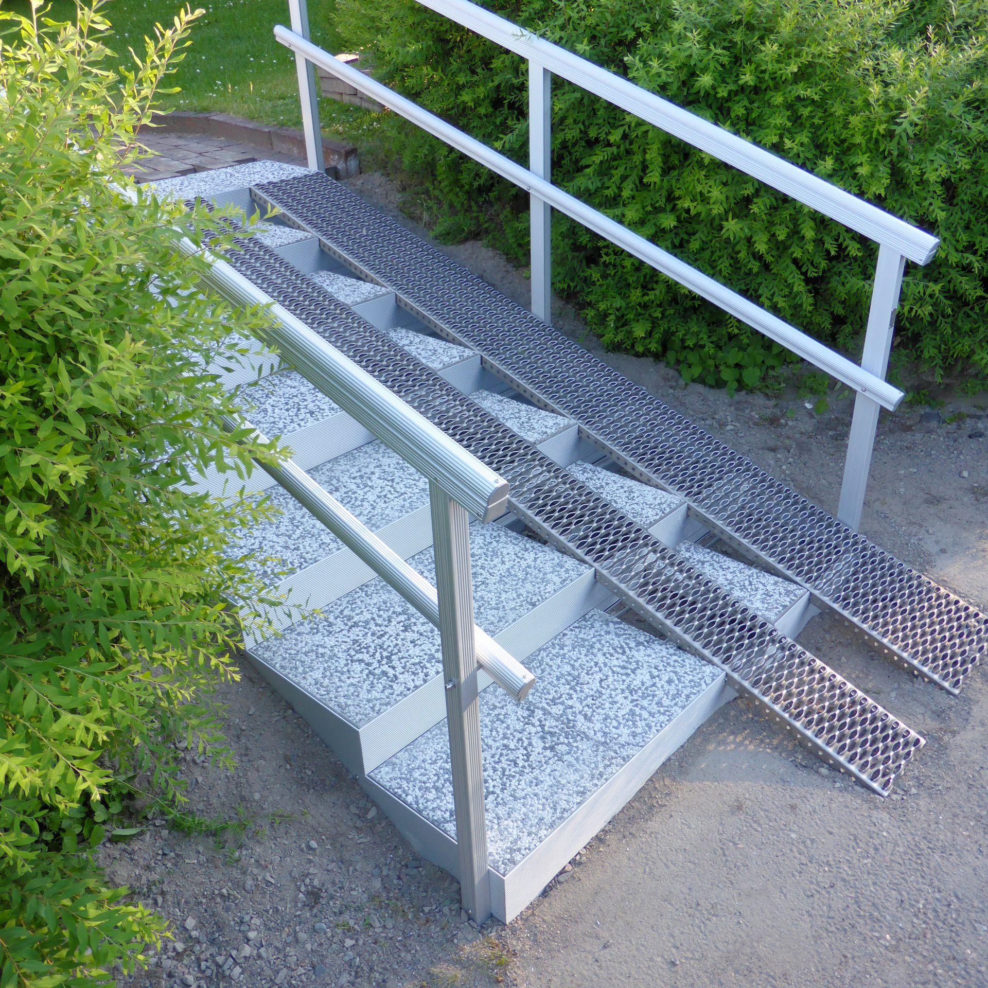 Alukehysportaat, 7 askelmaa. Askelmien kokonaisleveys 160 joka jakaantuu 80-80cm portaalle ja luiskalle. Luiska Anti-Slip alumiinia.