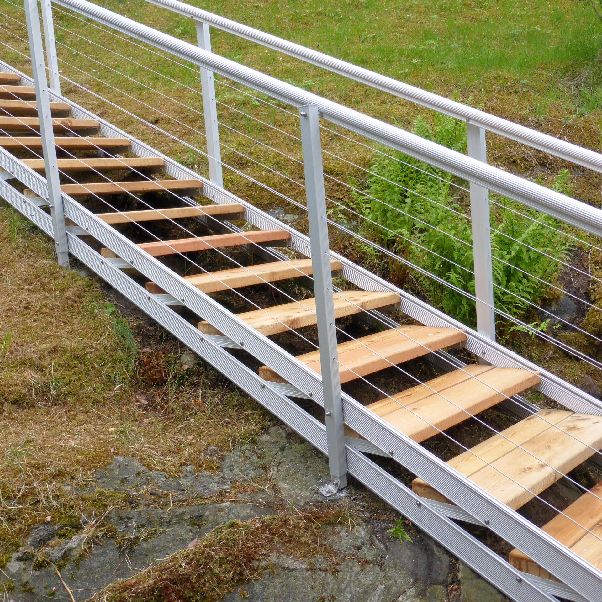 Ulkoporras, Säätöporras jossa kevyt vaikutelma vaijerien avulla. Portaan askelmien leveys 85 cm. Led-valaistus yöllä.